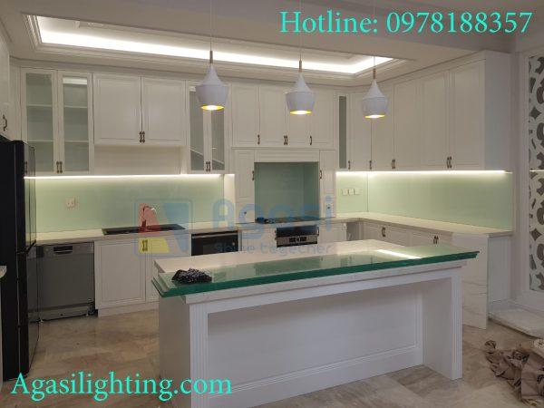 Đèn tủ bếp giúp những nhà nội trợ có đầy đủ ánh sáng khi đứng thao tác nấu ăn trên bếp