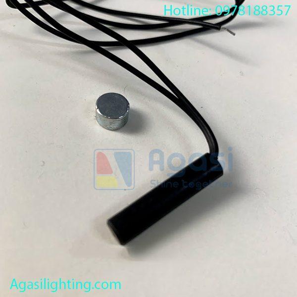 công tắc cảm ứng từ khi cảm ứng và nam châm lại gân nhau đèn tự đông tắt, cảm ừng và nam châm cách nau trên 5cm đèn tự động sáng