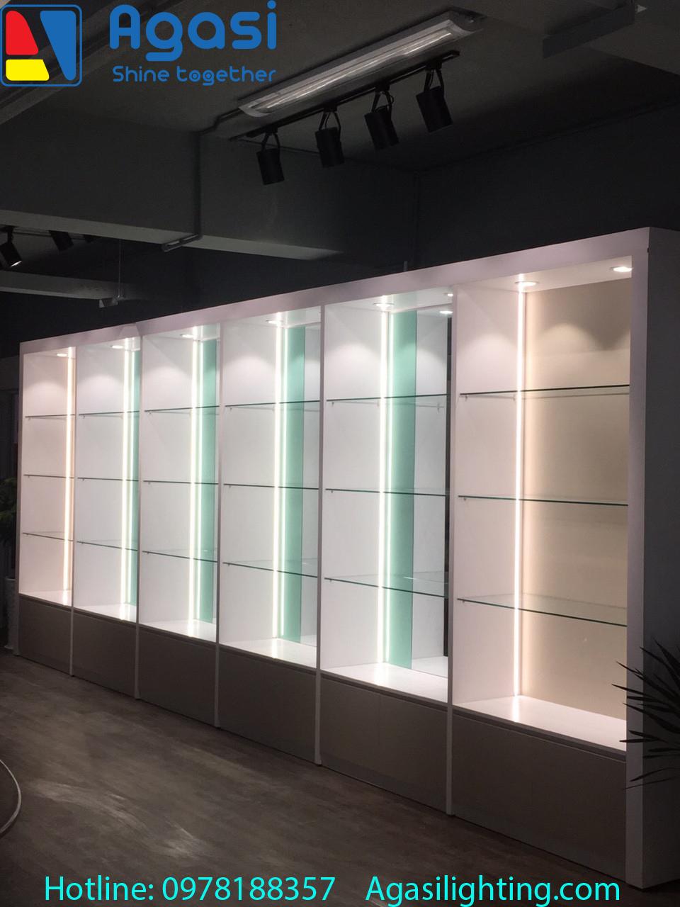 Hình ảnh thực tế đèn thanh nhôm profile được sử dụng để trang trí và chiếu sáng các hệ tủ.