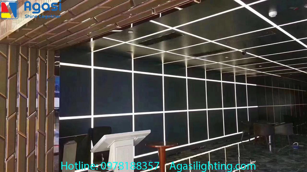 Hình ảnh thực tế hội trường Long An sử dụng đèn thanh nhôm profile để trang trí và chiếu sáng
